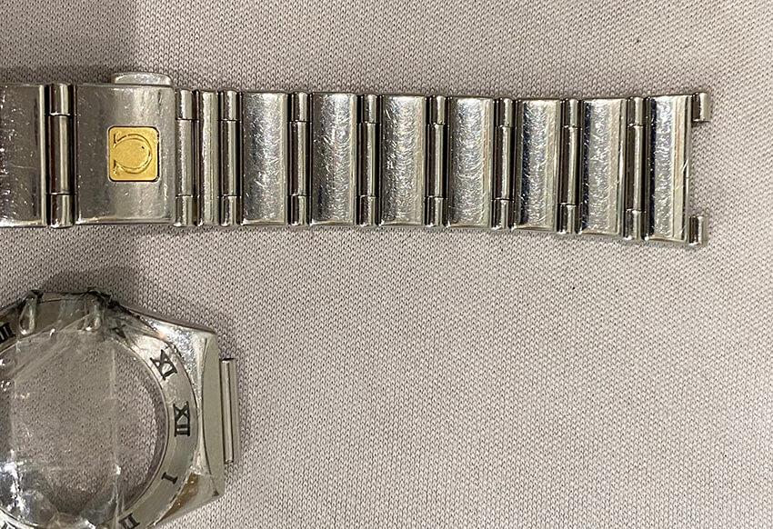 オメガ腕時計修理前の本体とベルト部の傷