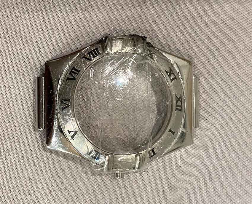 オメガ腕時計修理前の本体の傷